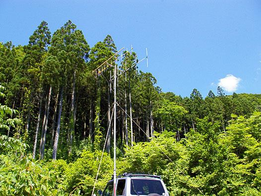 八峰町 池の台林道 (北東方面 ANTは南向け)。さらに登った林道終点は 450mほどあるが、木々に囲まれていて見通しが悪いほかに虫も多く NG。