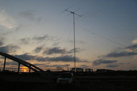 能代市 向能代堤防 水管橋近傍 標高7m QN00AF。自作3エレ八木宇田 ブーム長 2.7m 9.3mh. 日没は 18時52分。これは日没9分前の写真。